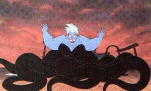 Ведьма схватила русалочку и бросилась вместе с ней в морскую пучину.